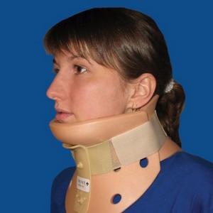 фиксирующий воротник при травме шеи
