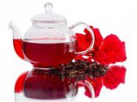 чайник с чаем каркаде