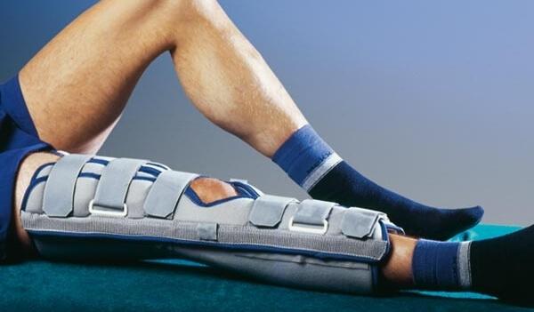 жесткий тутор на коленный сустав