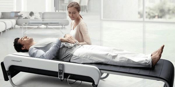 муж и жена испытывают массажную кровать