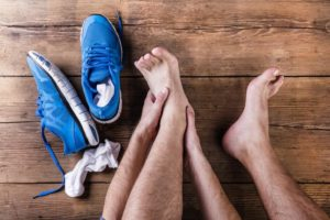 Болит стопа сверху: посередине в подъеме, причины, стрессовые переломы