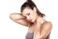 женщина с больной шеей
