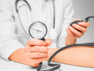 измерение давления у пациента