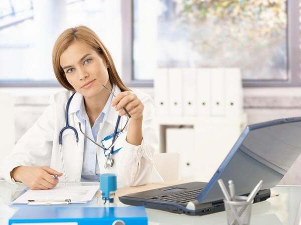 врач в кабинете