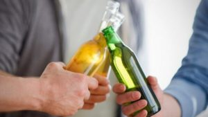 бутылки с алкоголем в руках