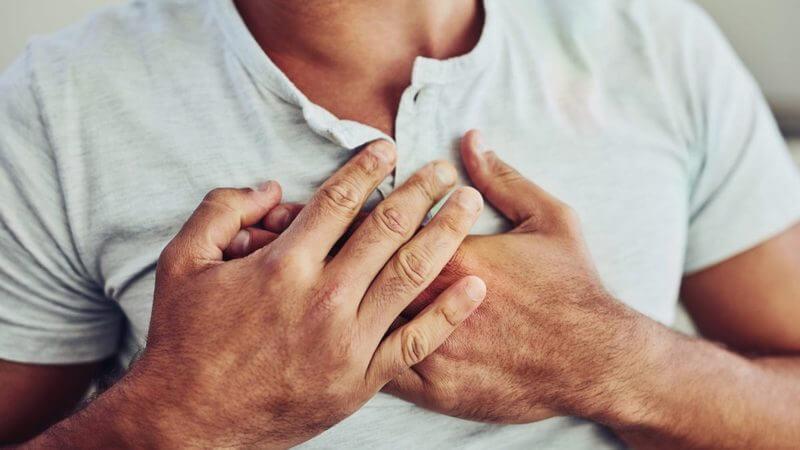 Болит в области грудины внутри